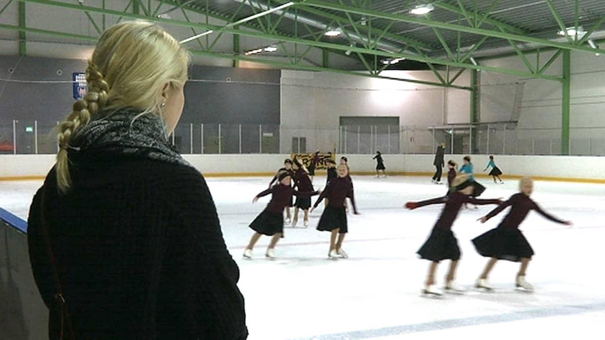Äiti katselee kentän laidalla kun Tampereen Tapparan muodostelmaluistelijat harjoittelevat Kaukajärven Sentterissä