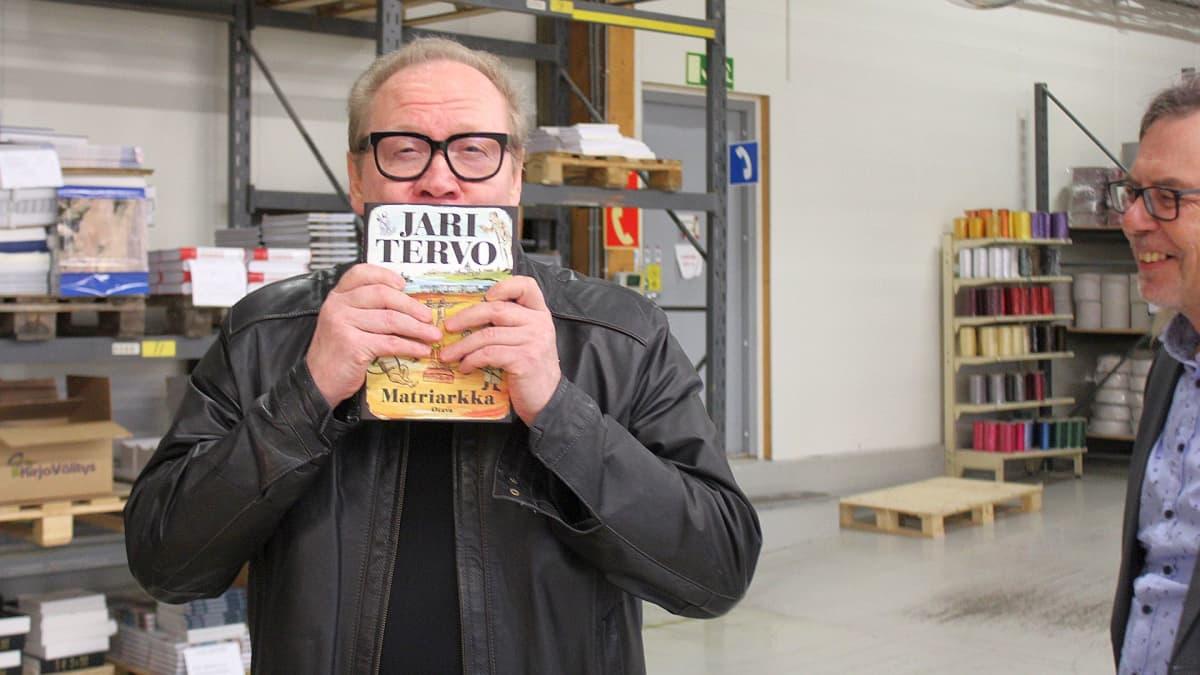 Jari Tervo intoutui ensivierailullaan kirjaopainoon pussaamaan uutuuskirjaansa.