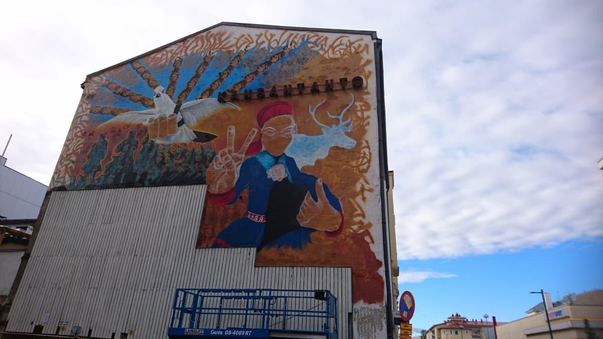 Anders Sunnan seinämaalaus Kansan tahto -talon seinällä Oulussa.