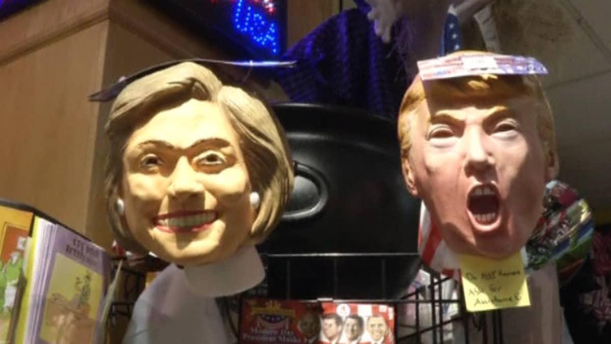 Clinton ja Trump muovinaamareita.