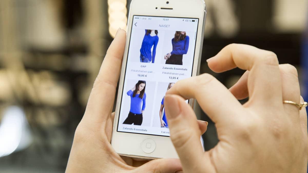 Zalandon matkapuhelinsovellus etsii kuvatun paidan kaltaisen tuotteen valikoimasta.