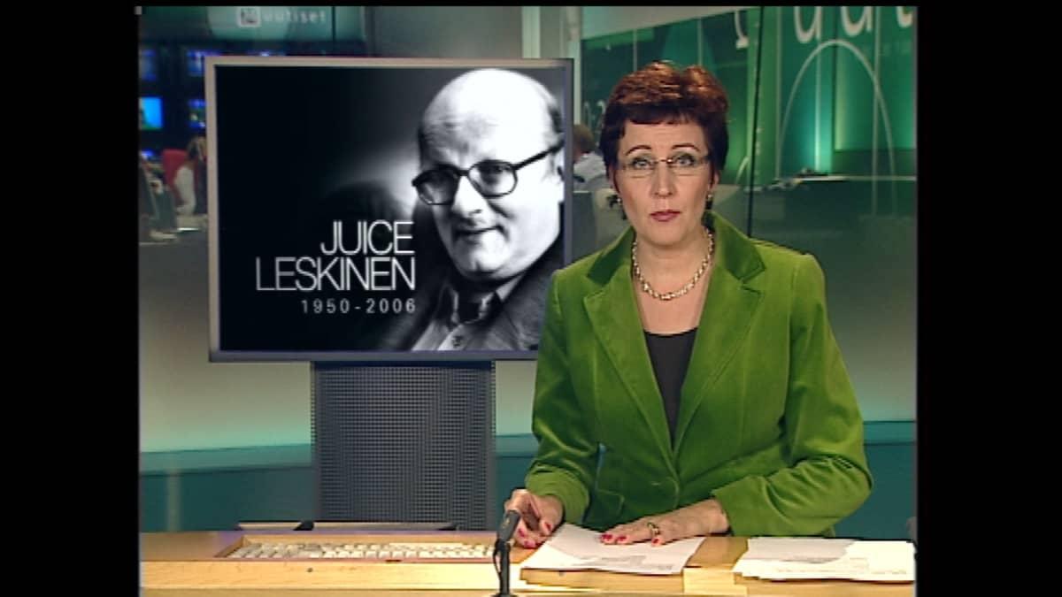 Kuvakaappaus Ylen kello 20.30 uutislähetyksestä. Kuvassa Juontaja Marjut Havumäki, taustalla mustavalkoinen kuva Juicesta.