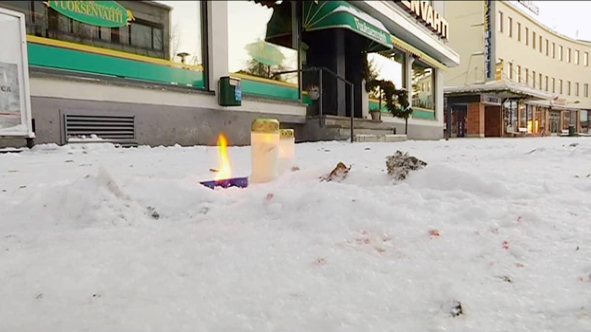 Kynttilöitä ravintola Vuoksenvahden edustalla Imatralla.