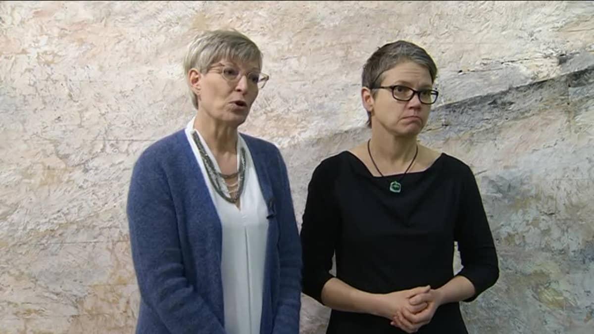 Yhdenvertaisuusvaltuutettu Kirsi Pimiä vieressään viittomakielen tulkki Kati Lakner.
