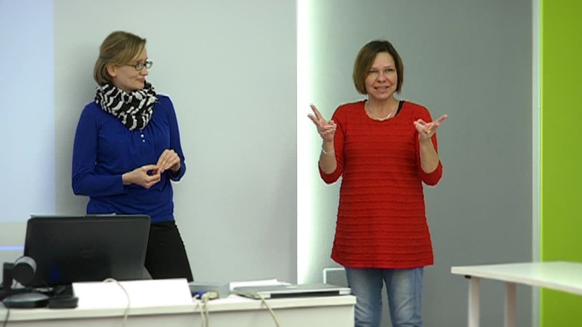 Kuurojen Liiton sanakirjatyöryhmän sanakirjantoimittaja Niina Lappalainen ja sanakirjatyöntekijä Pia Taalas esittelevät opetusmateriaalia.