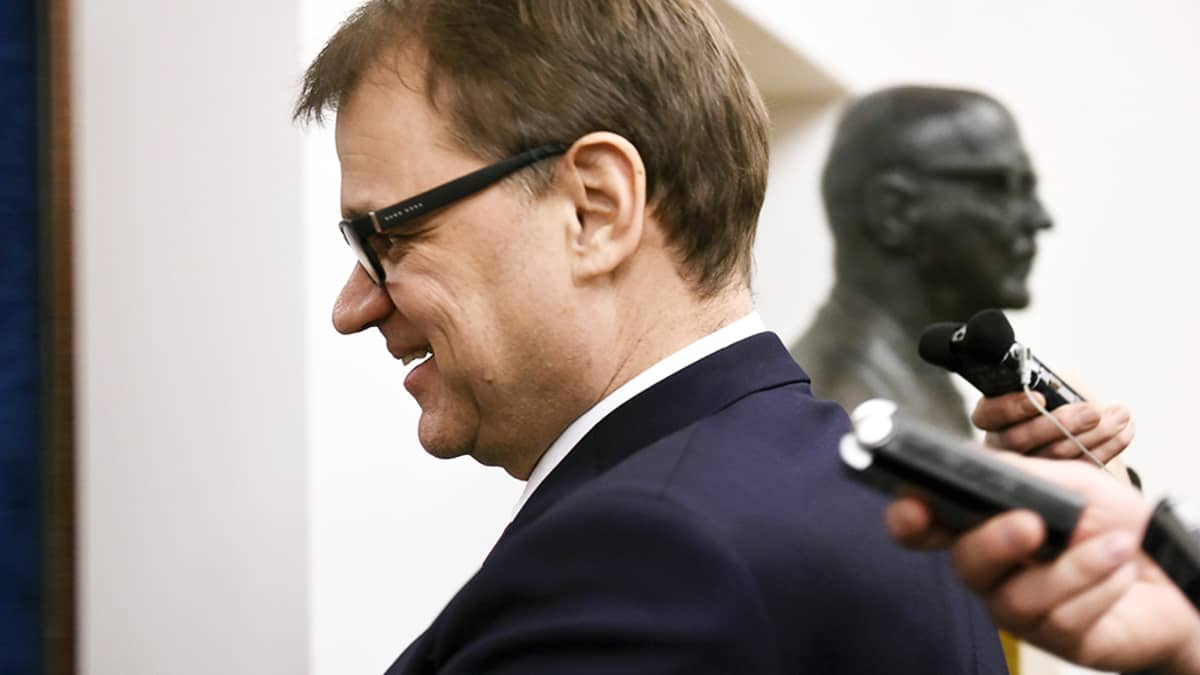 Pääministeri Juha Sipilä matkalla eduskunnan täysistuntoon 1. helmikuuta.