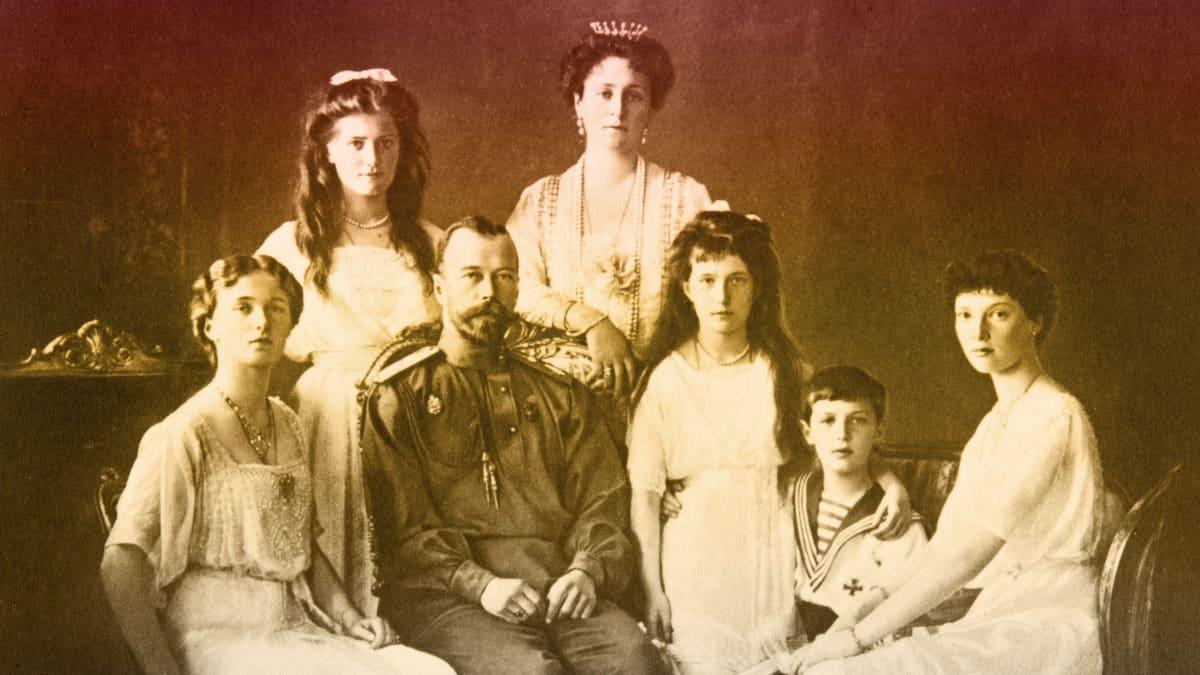 Venäjän keisari Nikolai II perheineen. Edessä vasemmalla Tatjana, Nikolai II, Anastasia, Aleksei ja Olga. Takana vasemmalta Maria Nikolaevna ja Aleksandra Feodorovna.