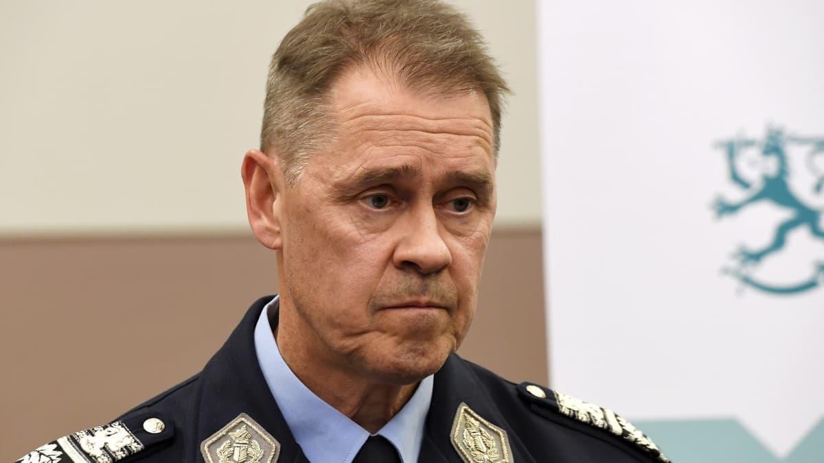 Poliisiylijohtaja Seppo Kolehmainen Tukholman epäiltyä terrori-iskua koskevassa tiedotustilaisuudessa Suojelupoliisin tiloissa Helsingissä perjantaina 7. huhtikuuta.
