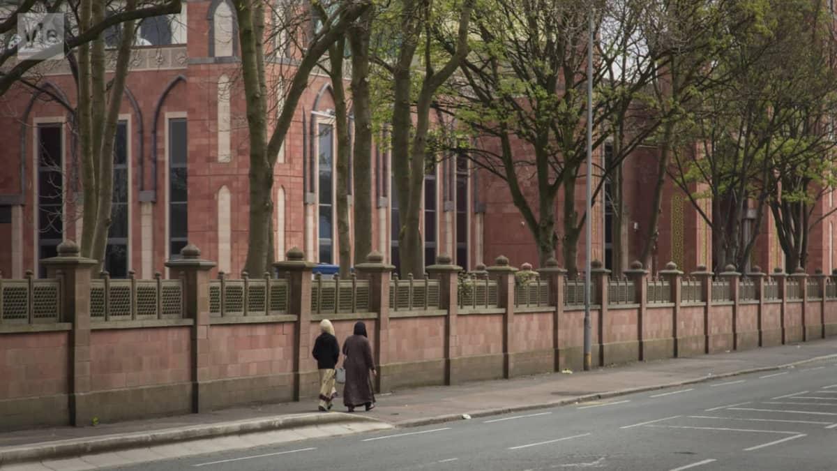 Katukuvassa kävelee kaksi musliminaista Bradfordissa Isossa-Britanniassa.