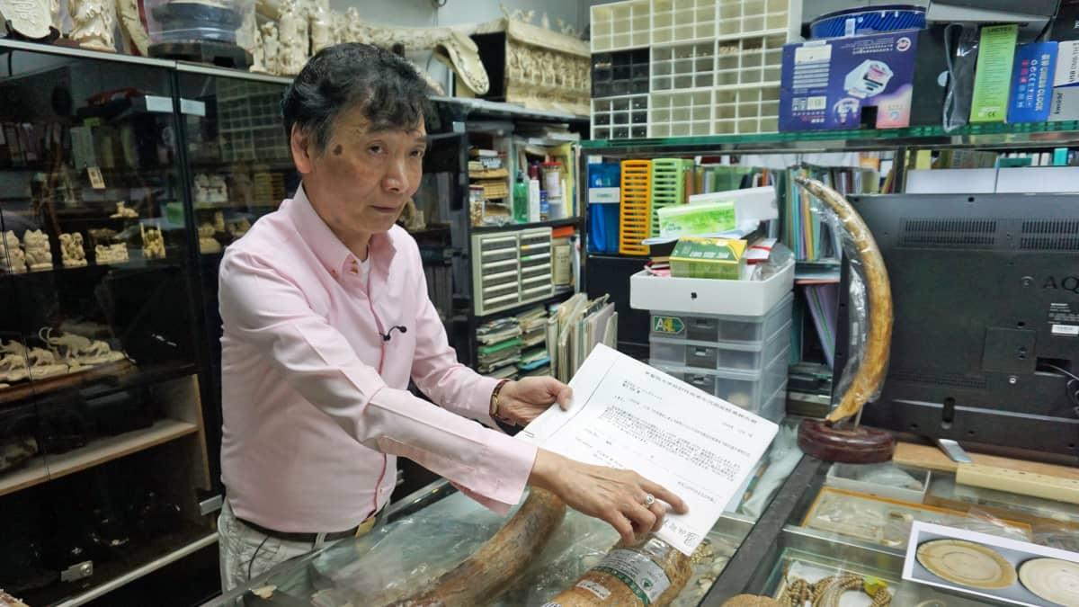 Daniel Chan näyttää, miten viranomaiset valvovat kauppiaiden varastoja.