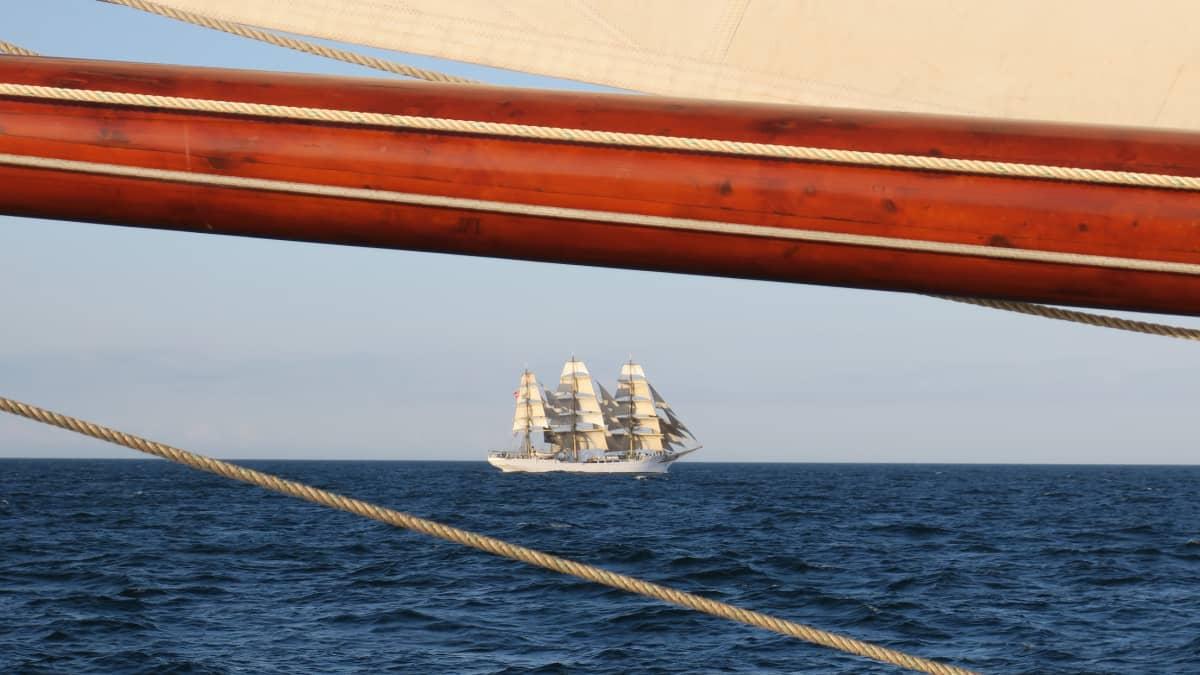 purjelaiva merellä