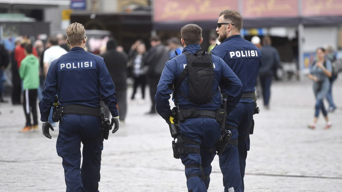 Poliisi partioi Turussa.