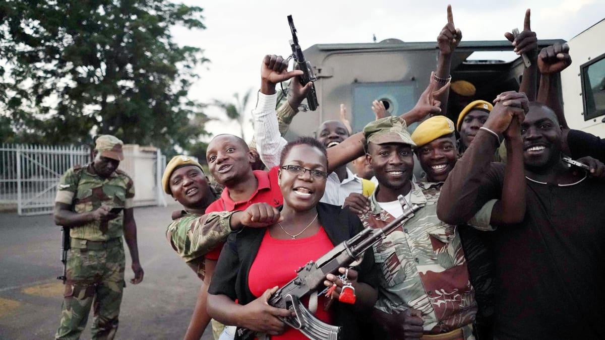 Väkijoukko juhlii presidentti Robert Mugaben eroa Hararessa