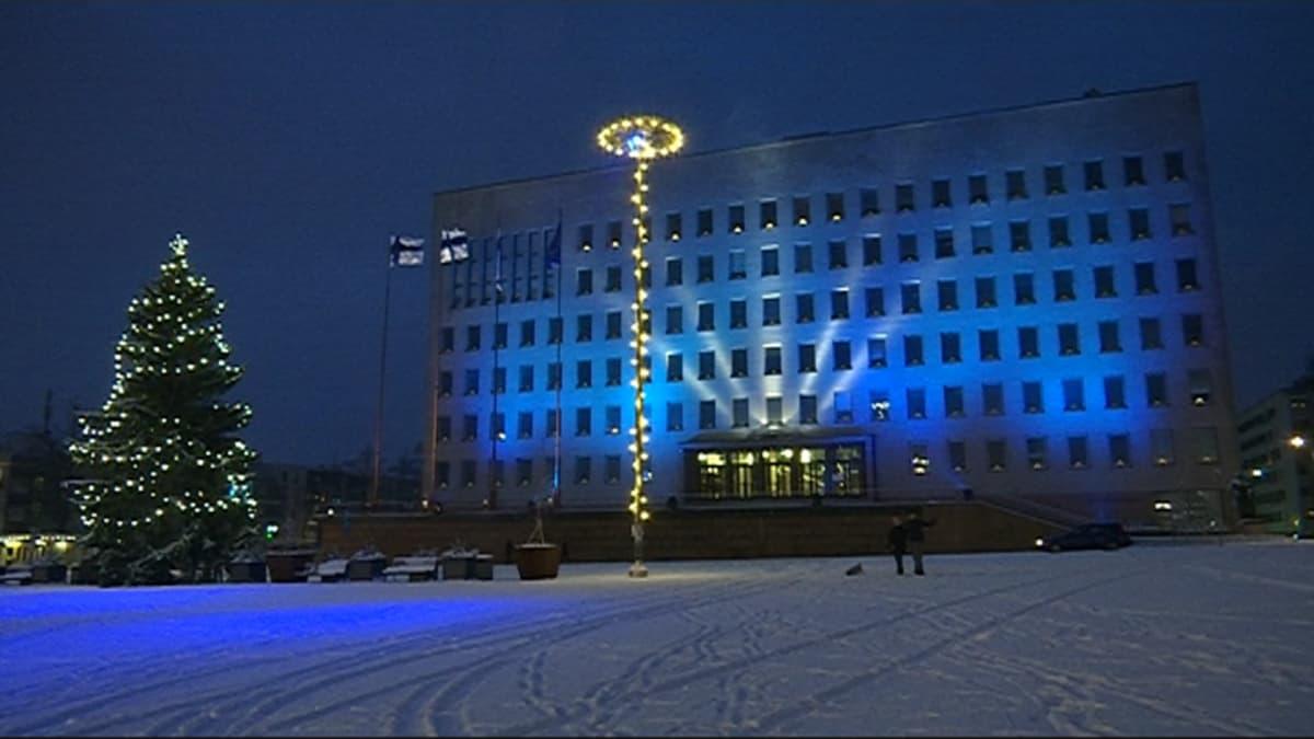 Kotkan kaupungintalo valaistiin 100-vuotisen itsenäisyyden kunniaksi
