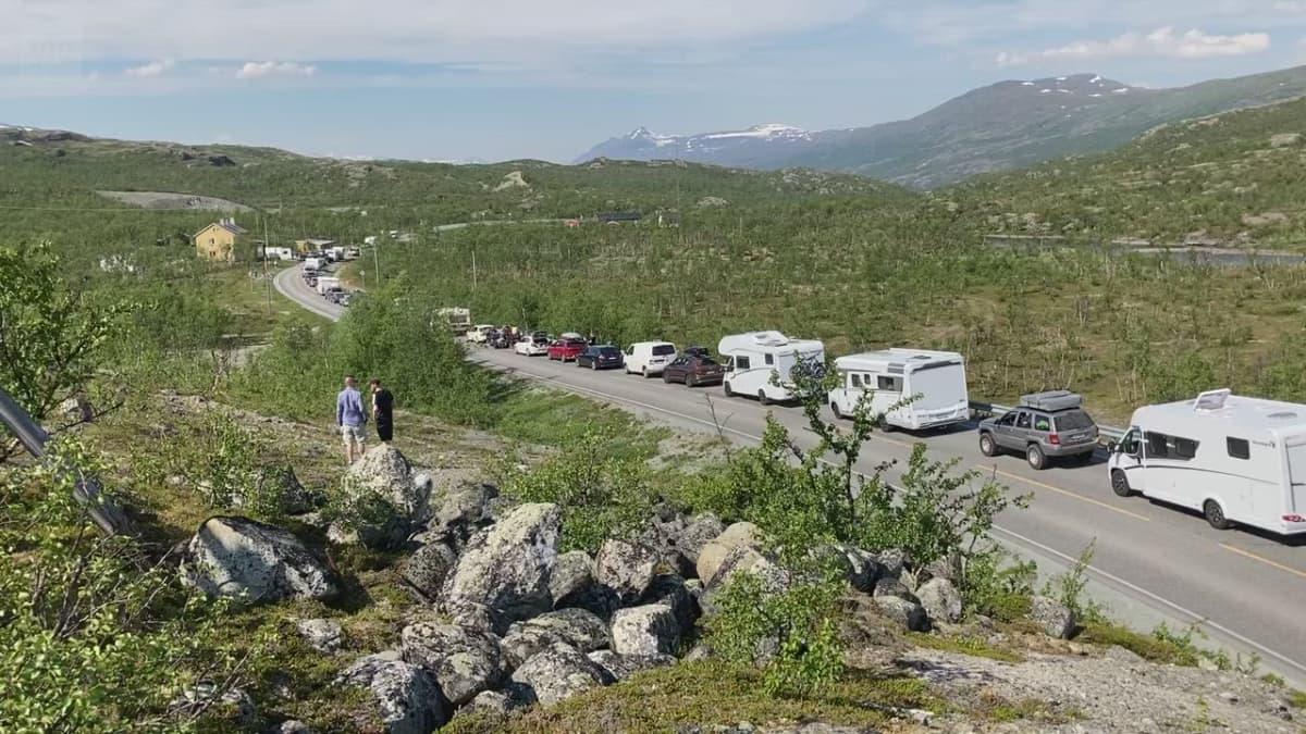Rajalle muodostui jopa kilometrien jono, kun turistit pyrkivät Norjaan. Video: Janne Kulju