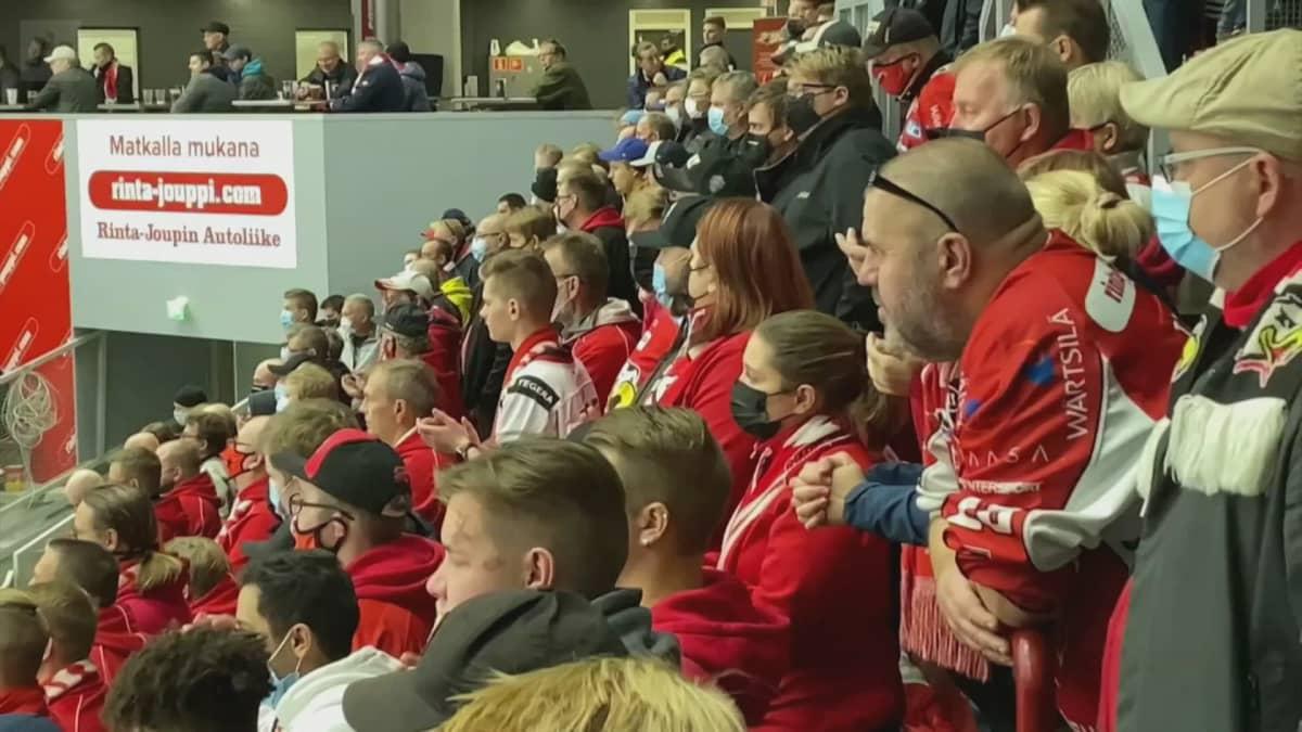 Kannatuslaulut ovat tärkeitä sekä pelaajille että faneille. Näin Vaasan Sportin fanien laulu soi Sport-Lukko -ottelussa.