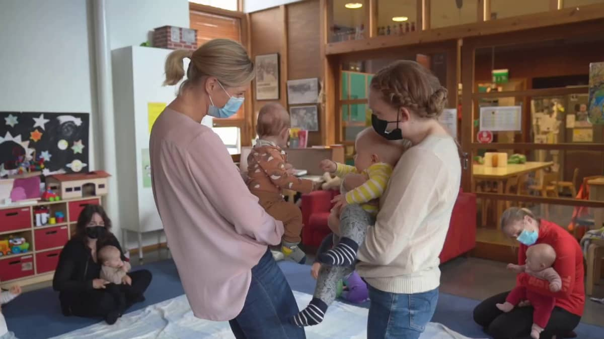 Kaksi vanhempaa kertovat, kuinka vauvabuumi ja korona näkyvät esimerkiksi neuvolassa.