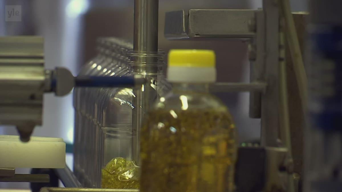 Rypsiöljyn pullotusta Alavuden Öljynpuristamolla