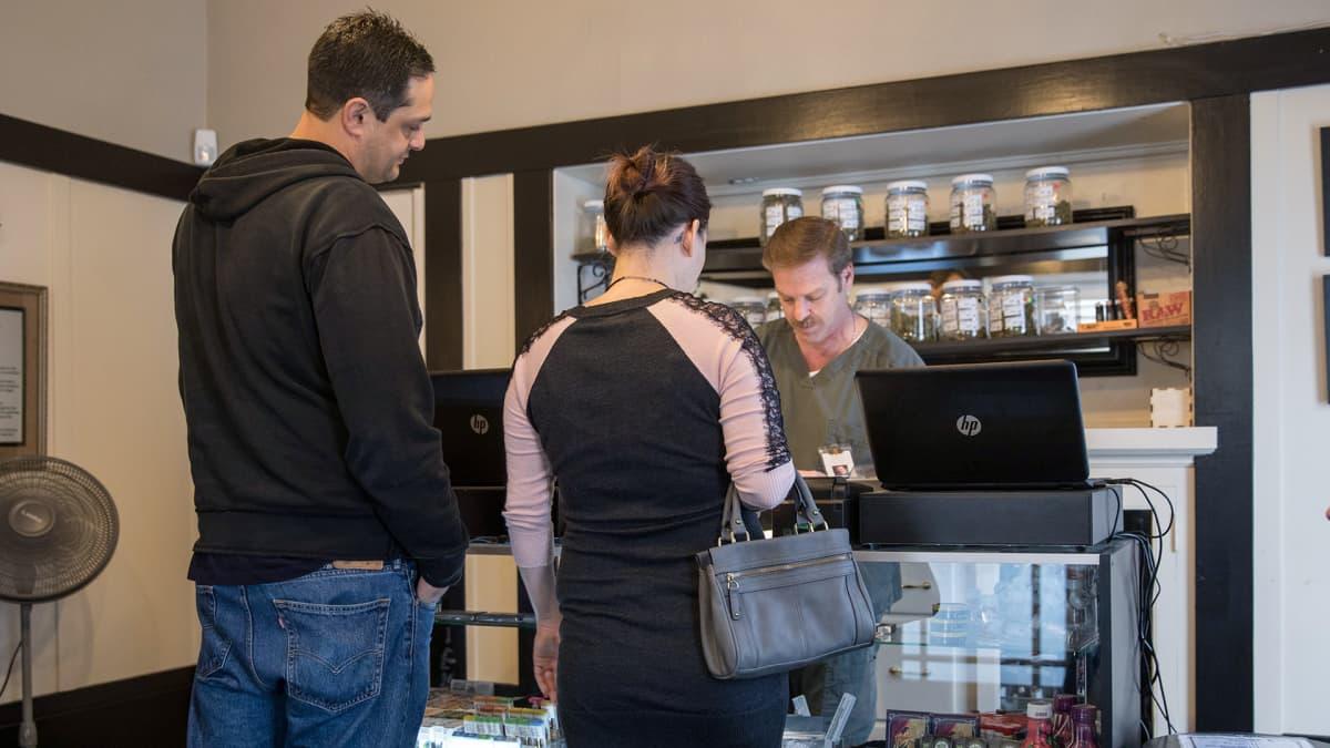 Kannabista jonotetaan kaupassa
