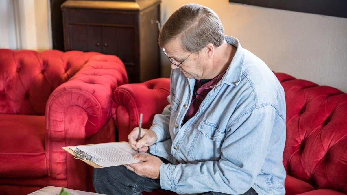 Ennen kannabiksen ostamista Bill Gibson täyttää lomakkeita, joissa kysytään muun muassa yhteystietoja hätätilanteessa.