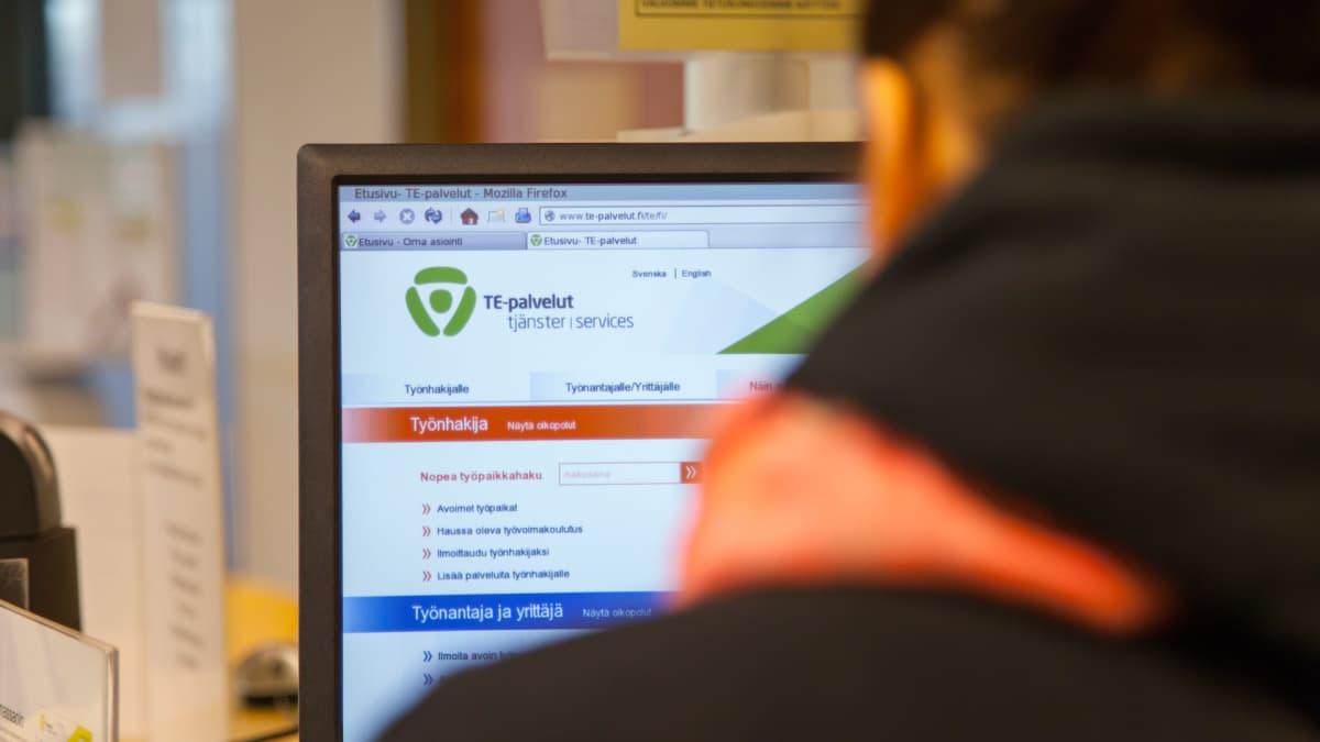 Työnhakija selaa te palveluita verkossa.