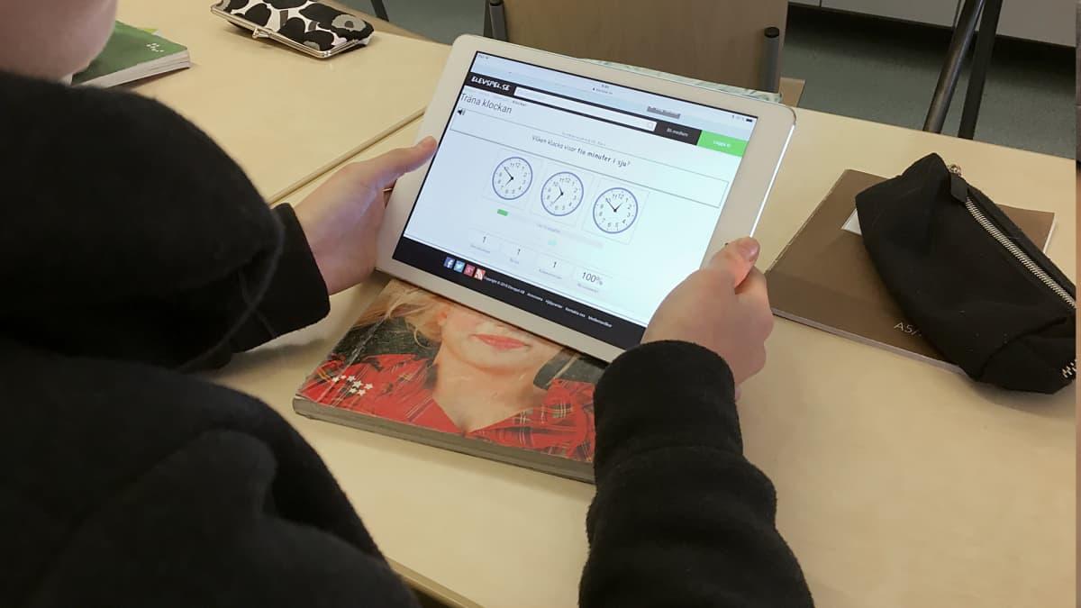 Ruotsin opiskelua padillä Kimpisen koulussa.