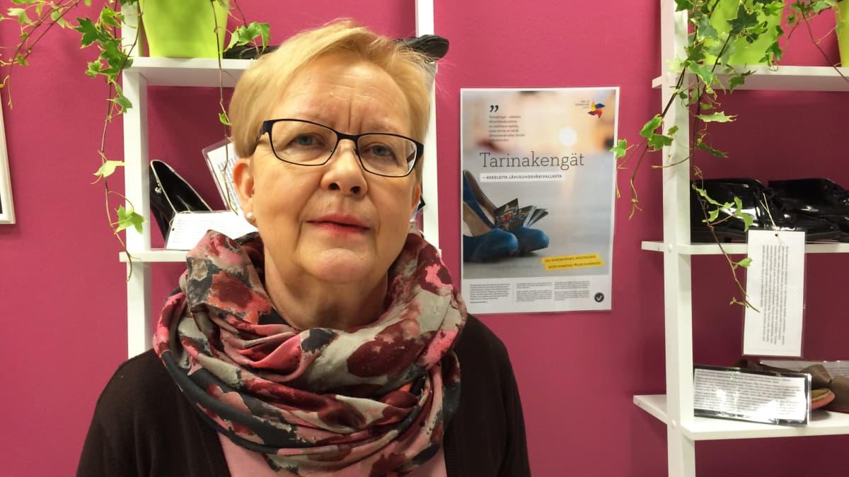 Avopalvelujen johtaja Jaana Vanninen Tarinakengät-näyttelyn edustalla