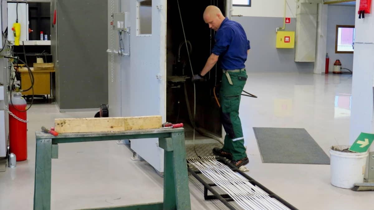 Sähköjohtojen palamista testataan kaapelitehtaan laboratoriossa Keuruulla