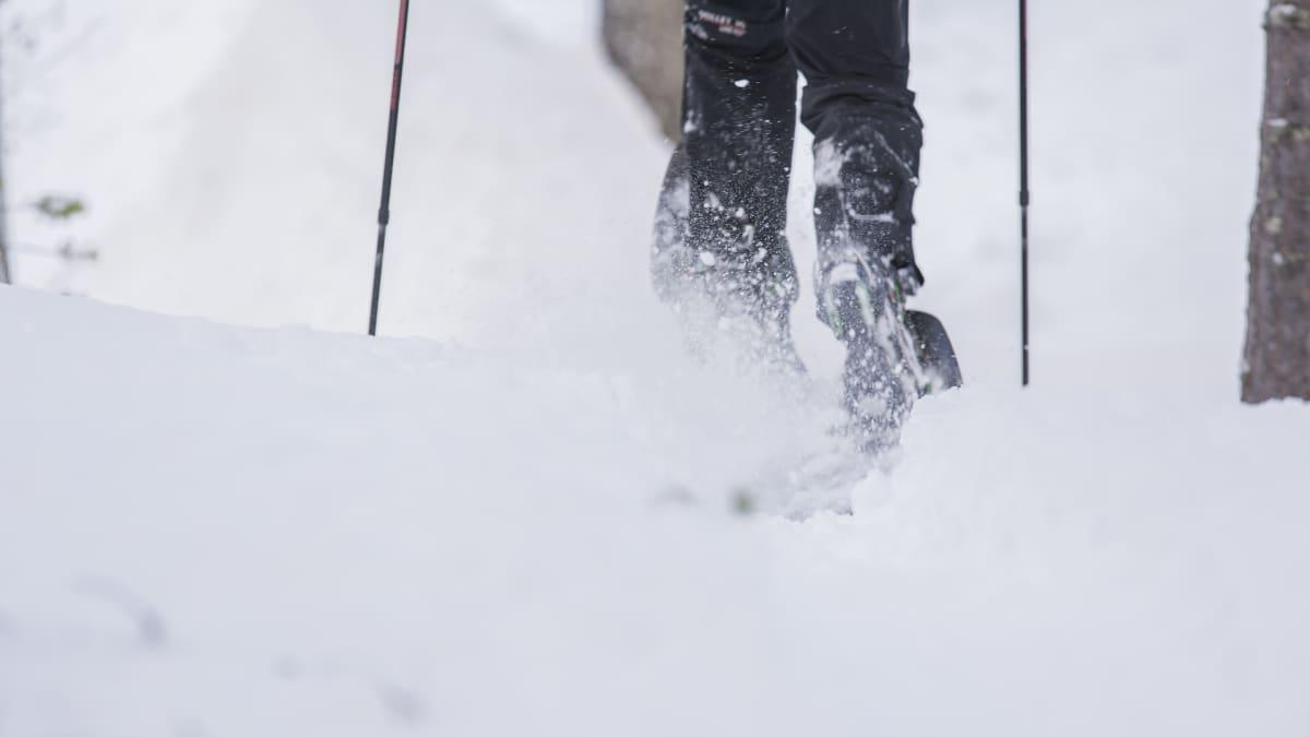 Lumi pölähtää lumikenkien kantapäissä.