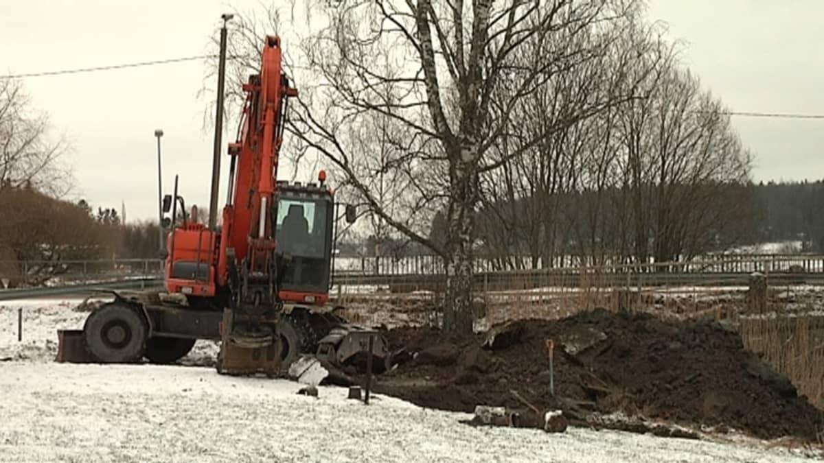 Kaivuri on kaivanut kuopan maahan.