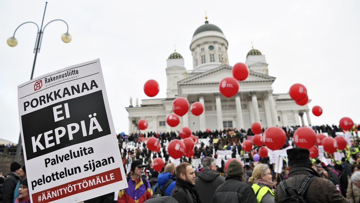 Aktiivimalli-mielenosoitus Senaatintorilla.