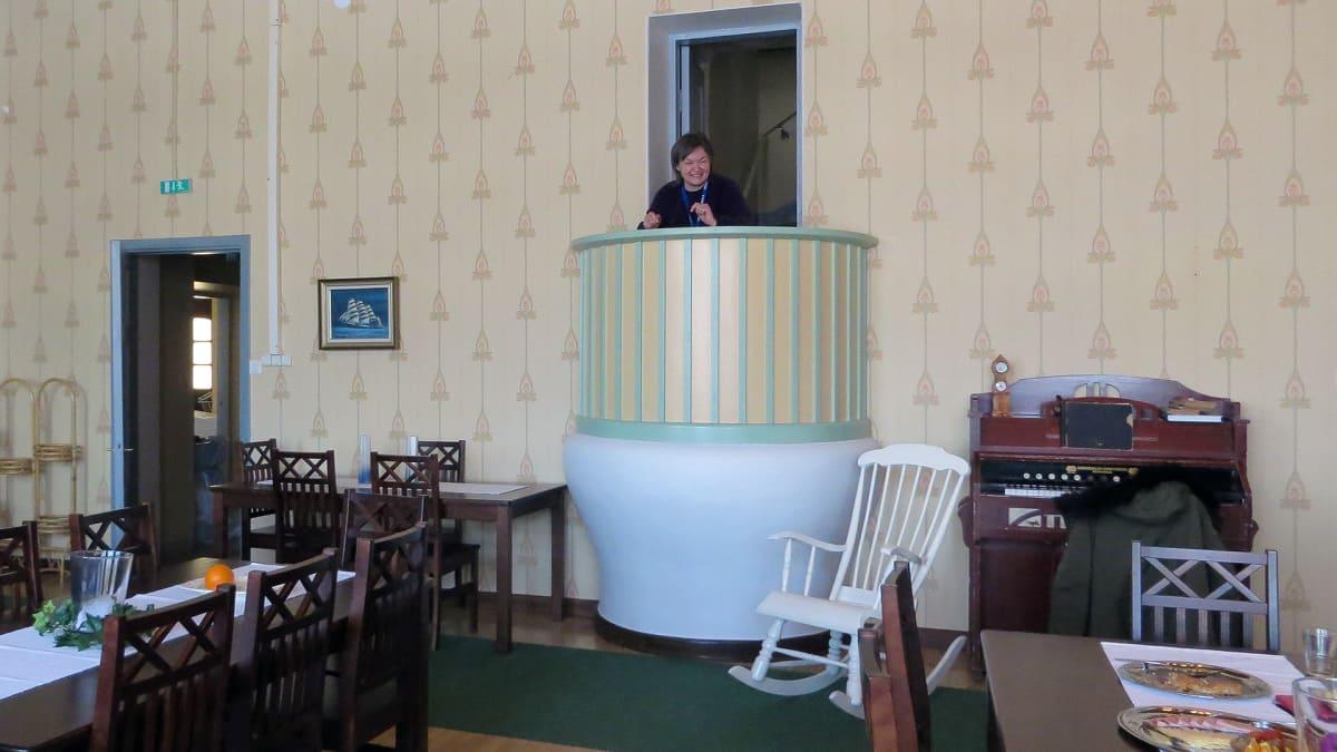 Sleep Inn Beauty -majatalon pääsalin erikoisuutena on saarnastuoli