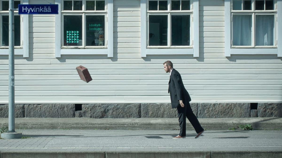 """""""Viiton - olen olemassa"""" -kirjan kuvituskuva: Matkalaukku tyhjänä."""