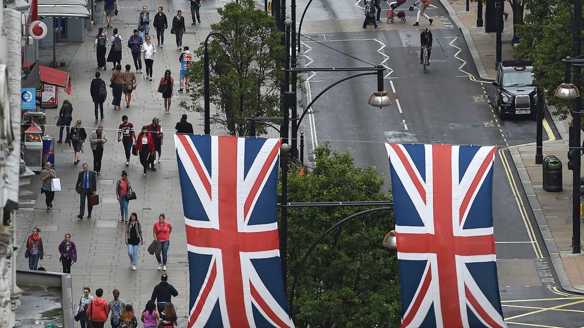 Ihmisiä Oxford Streetillä Lontoossa.