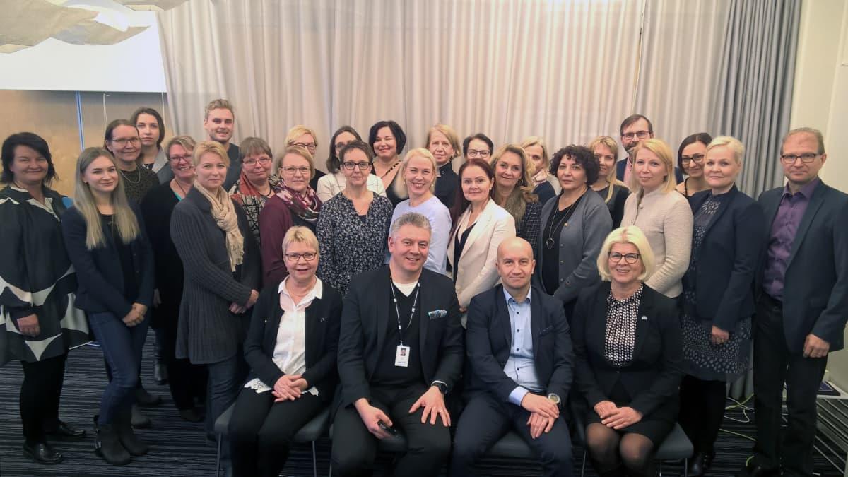 Ryhmäkuvassa on parikymmentä asiantuntijaa, jotka ovat mukana koulutusvientihankkeessa.