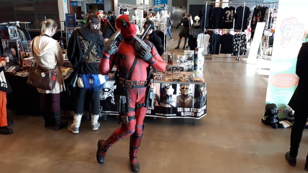 Sarjakuvahahmo Deadpoolin asuun pukeutunut pukuilija.