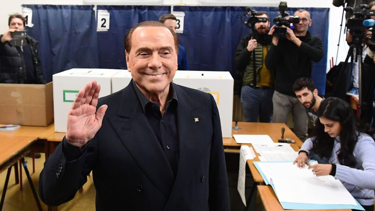 Silvio Berlusconi äänestämässä.