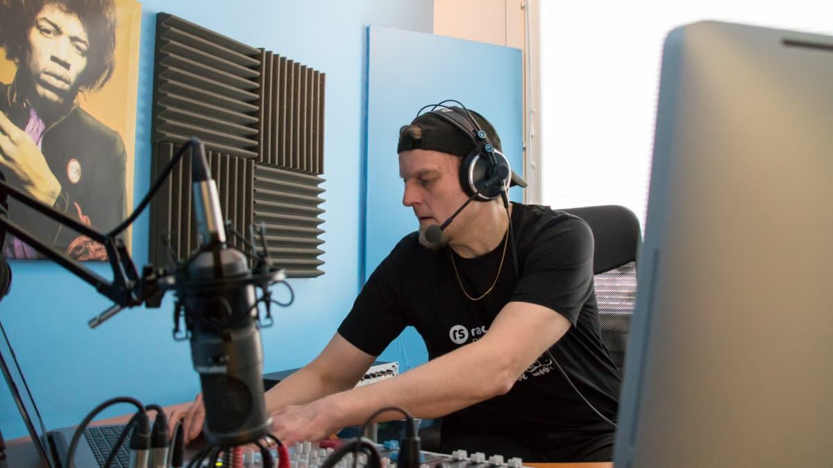 Lasse Hyytinen juontamassa Radio Saimaan lähetystä