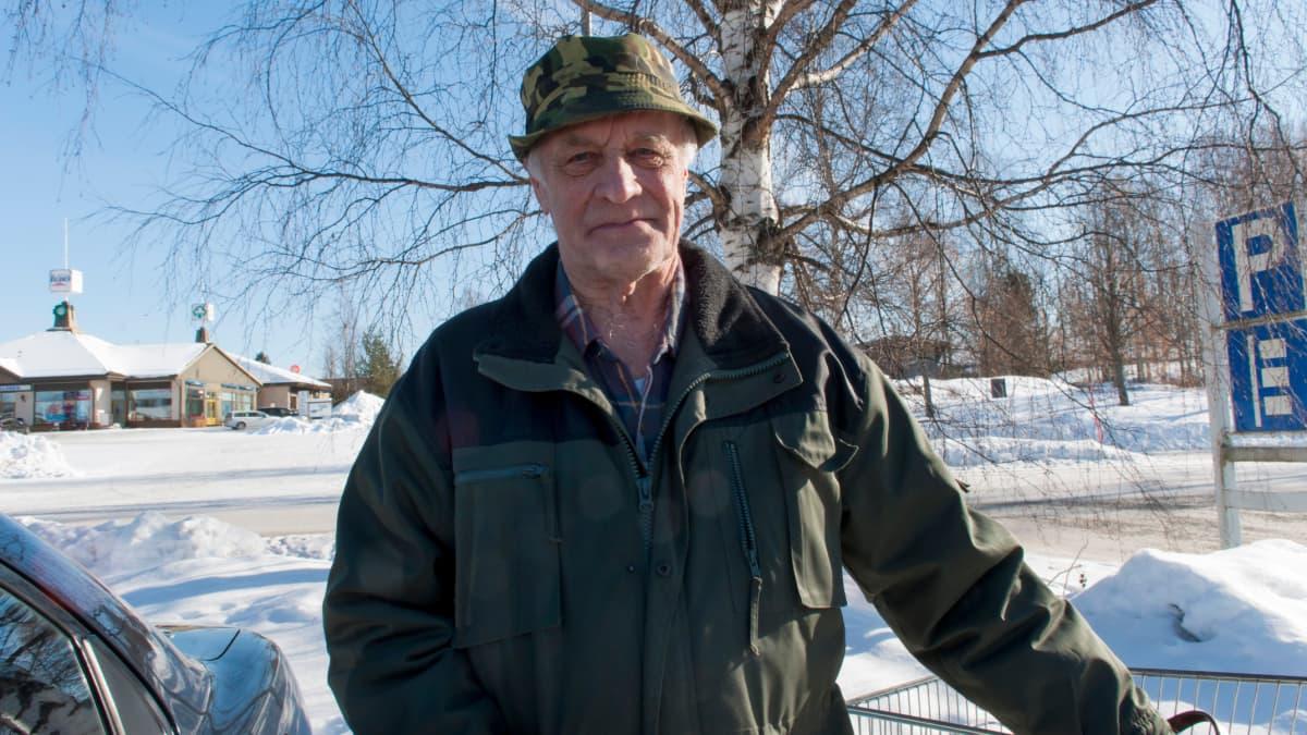 Paikallinen Heikki Tapiola Sysmän K-Marketin pihalla.