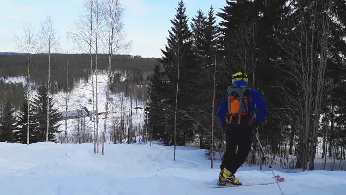 Vapaalaskija Jarno Tuovinen Maarianvaaran rinteessä.