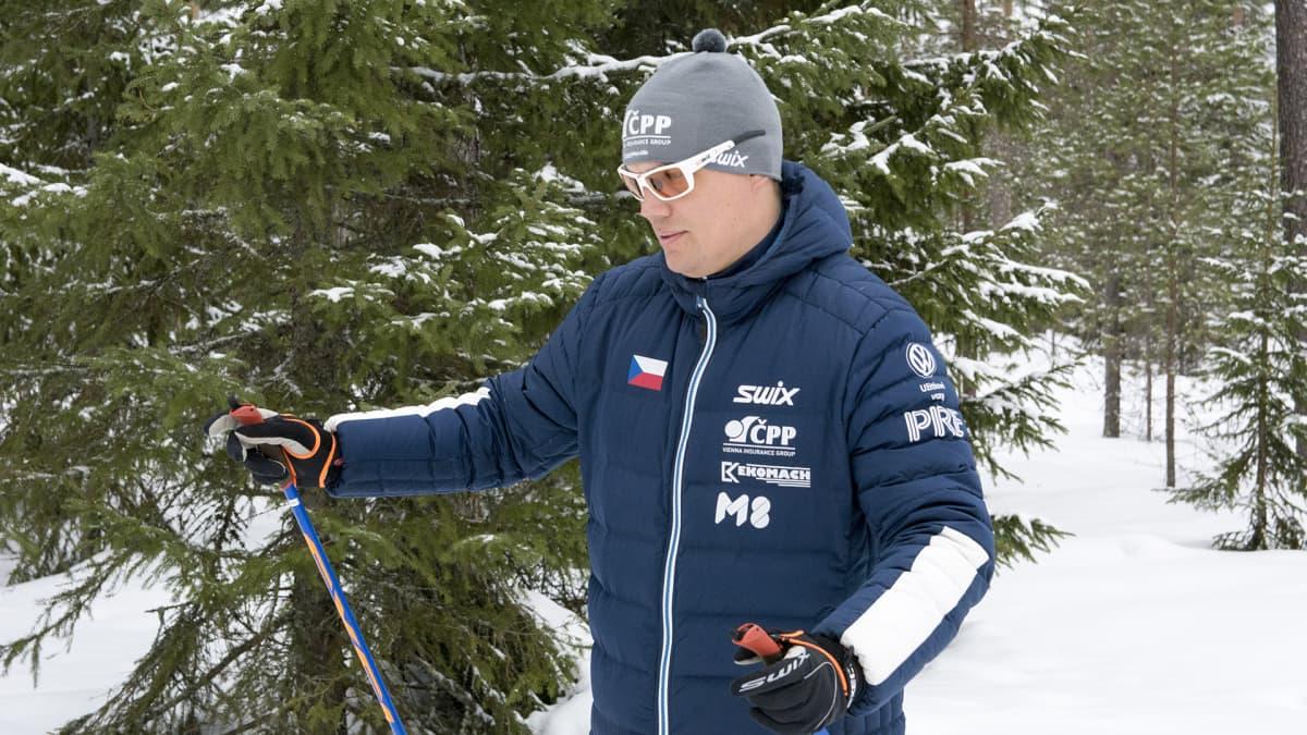 Ilkka Jarva hiihtosauvat kädessä.