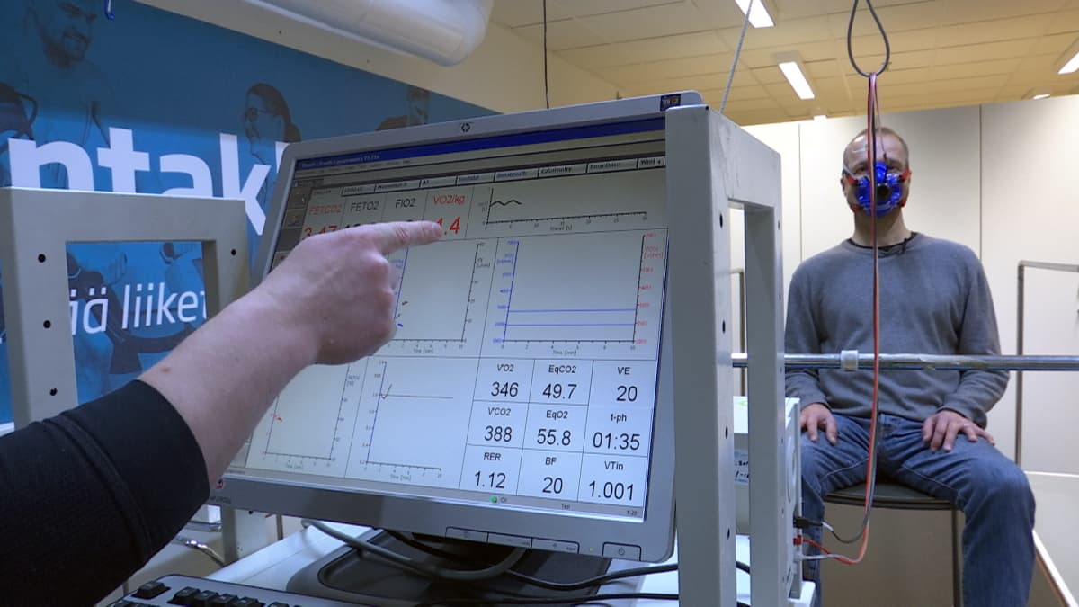 Testihenkilön energiakulutusta arvioitiin epäsuoralla kalorimetrialla. Aluksi hapenkulutusta ja hiilidioksidin tuottoa mitattiin hengityskaasuanalysaattorilla.