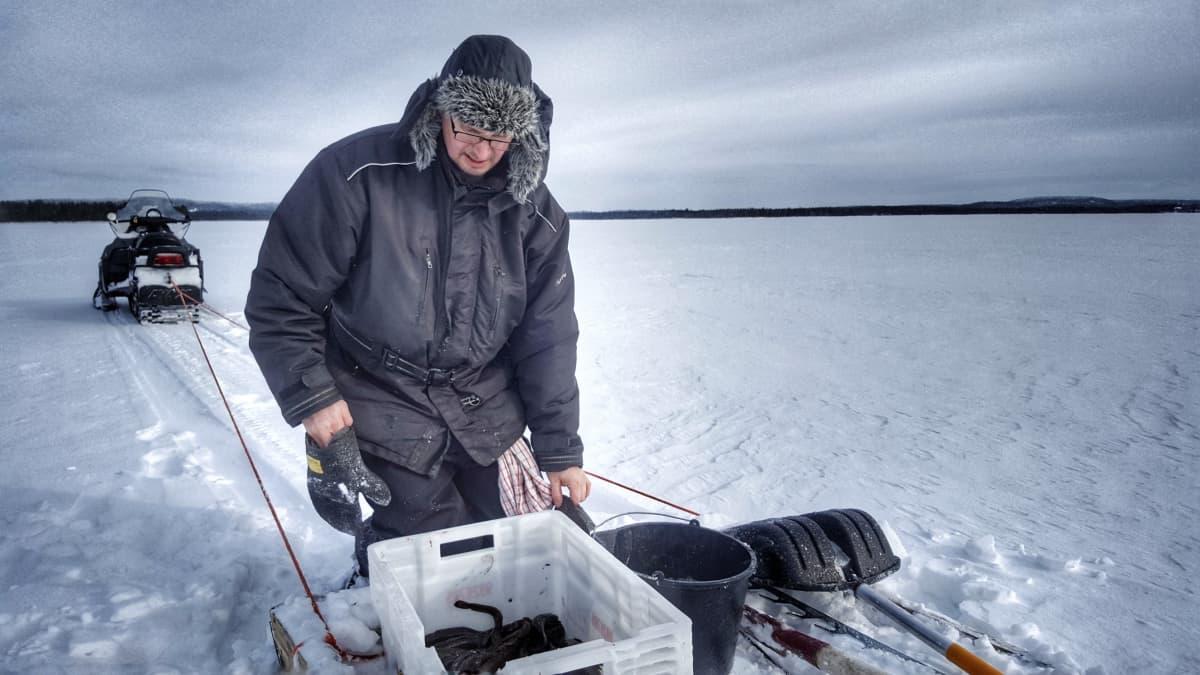 Kuusamolainen kalastaja Juha Korhonen tarkastaa madesaalista.