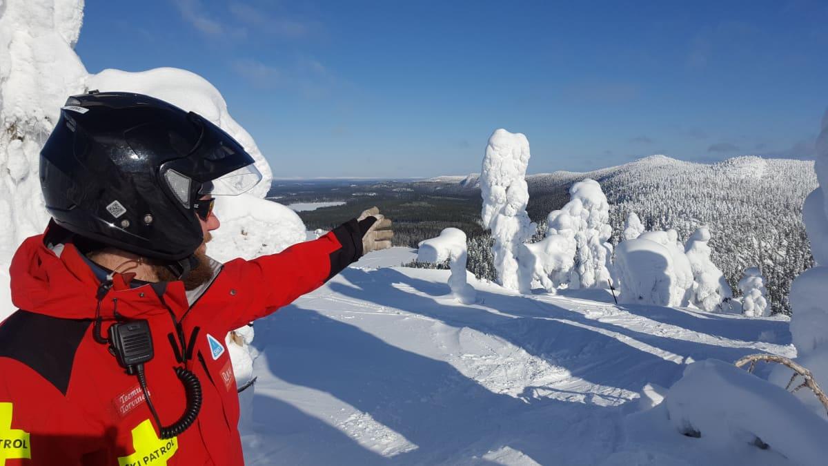 Lumiturvallisuuskouluttaja Teemu Torvinen tarkkailee maisemaa Rukalla.