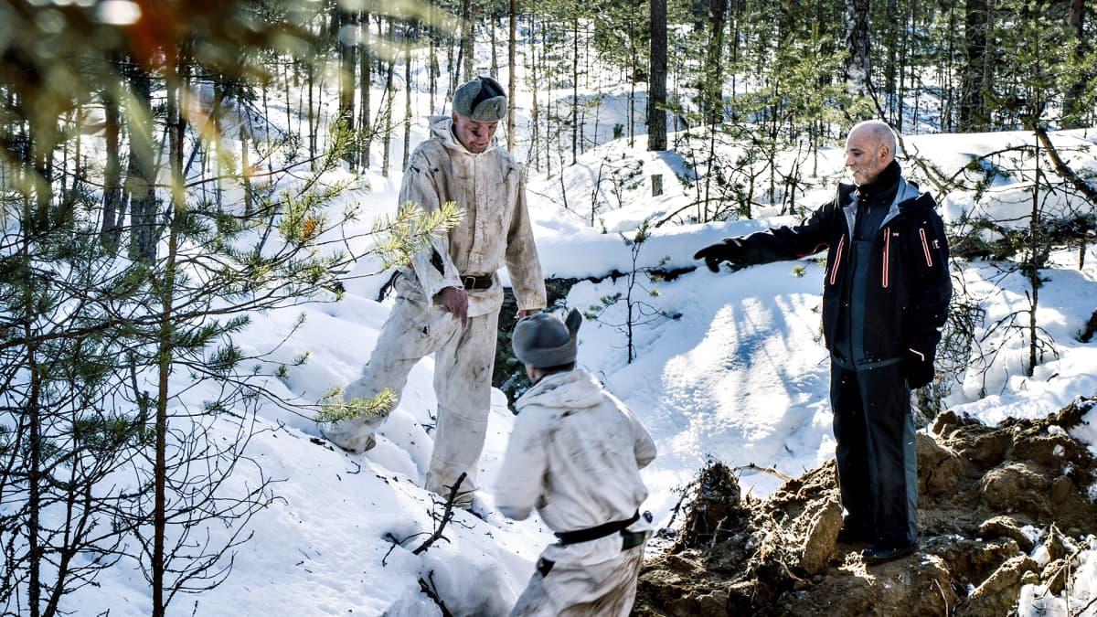 Kuva Tuntematon sotilas -elokuvan testikuvauksista huhtikuulta 2016. Ohjaaja Aku Louhimiehen (oik.) opastaa näyttelijöitä.