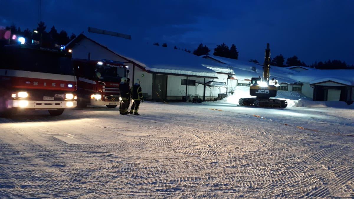 Rautalampilaisen huonekaluvalmistajan Sepon kalusteen katolta poistetaan lunta.