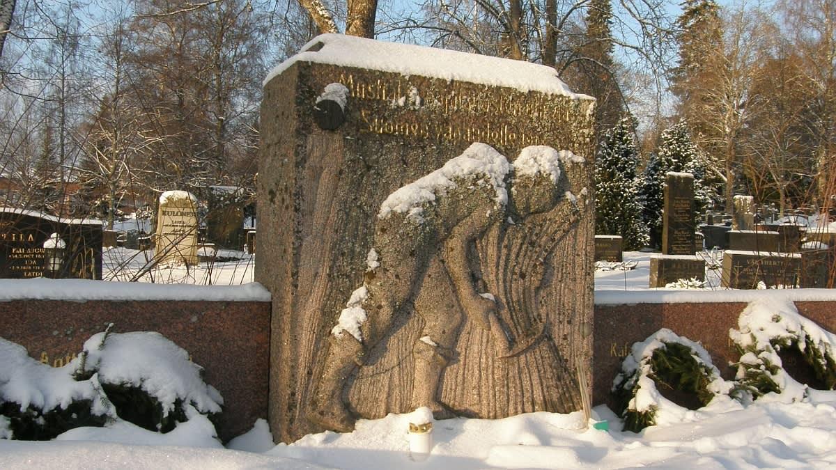 kuvassa lumen alla hautakivi Tammelassa