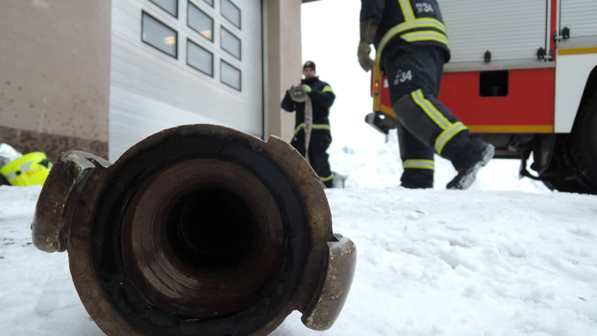Ahtialan VPK:n palomiehet huoltavat kalustoa.