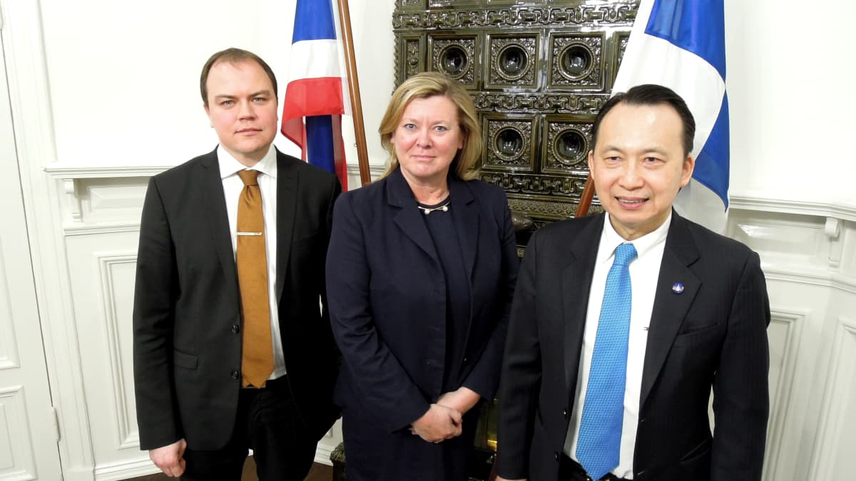 Vihdin kunnanjohtaja Sami Miettinen, opettaja Pirjo Leväniemi ja Thaimaan suurlähettiläs Nopporn Adchariyavanich.