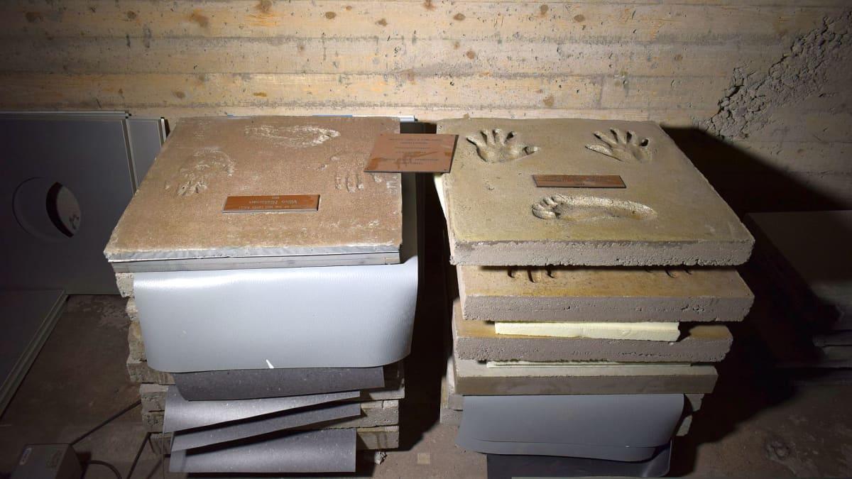 Rallivoittajien betonilaatat on siististi varastoitu alkuperäisen kunniaseinän taakse.